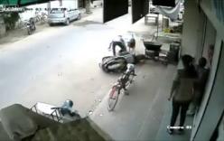 Hoảng hồn bố quên tắt xe máy, con nhỏ vít ga ngã bổ nhào
