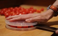 Clip: Mẹo cắt cả đĩa cà chua siêu nhanh trong chớp mắt