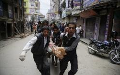 Động đất kinh hoàng ở Nepal: Cứu hộ đào bới bằng tay, thi thể chất thành đống