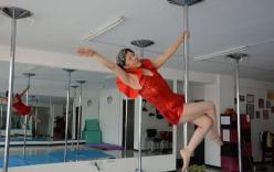 Cụ bà 65 tuổi múa cột dẻo như thanh niên