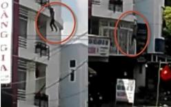 Sởn da gà clip nam thanh niên nhảy từ tầng 4, đu dây điện