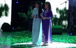 Xúc động hình ảnh Phương Mỹ Chi dắt cô Út hát trên sân khấu