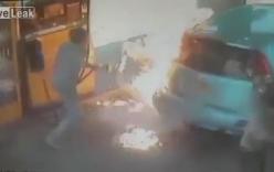 Clip: Cô gái bất ngờ châm lửa đốt xe hơi ngay trạm xăng