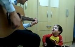 """Clip: Bé trai 2 tuổi """"gảy đàn"""" và hát cùng bố cực chất"""