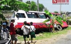 Xe buýt nổ lốp lật nghiêng, 11 người bị thương phải nhập viện