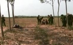 Video: Phát hiện xác chết ngồi dựa gốc cây, đội mũ bảo hiểm