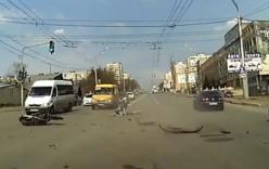 Video: Ôtô vượt đèn đỏ đâm nát xe máy
