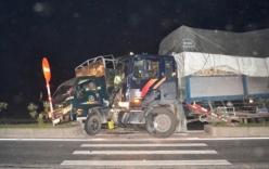 Sau cú đâm mạnh trên đường quốc lộ, hai xe tải dính chặt vào nhau