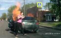 Video: Nữ tài xế bị bỏng hoảng loạn khi xe ô tô bốc cháy giữa đường