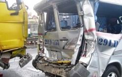 Hà Nội: Ô tô 16 chỗ bị xe ben kéo lê hàng chục mét