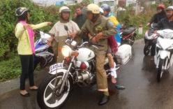 CSGT ôm chặt nạn nhân đầy máu đưa đi cấp cứu giữa trời mưa