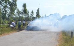 Xe con 4 chỗ cháy rụi khi đang chạy trên đường