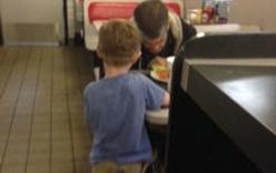 Xúc động cậu bé 5 tuổi tặng bánh cho người vô gia cư