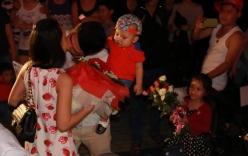 Clip: Chồng bế con thực hiện màn tỏ tình lãng mạn với vợ trên cầu Đà Nẵng
