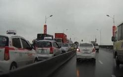 4 taxi đi ngược chiều trên cầu Vĩnh Tuy khiến giao thông tắc ghẽn