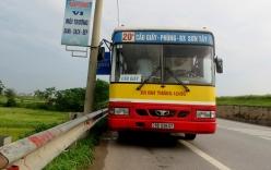 Hà Nội: Xe bus đâm vào vệ đường vì bị hành khách giật tay lái