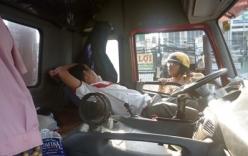 Xử phạt gần 8 triệu đồng đối với tài xế đỗ container giữa đường, ngả ghế nằm ngủ