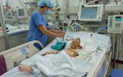 Xót xa bé 3 tuổi nằm trên vũng máu khi cùng mẹ đi vay tiền chữa bệnh cho cha