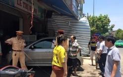 Xế hộp lao vào quán cơm tông 3 người đi cấp cứu