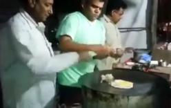 Đầu bếp ngỡ ngàng khi đập trứng rán