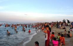 Nắng nóng trên 40 độ C: Hàng nghìn người dân Quảng Bình đổ xô ra biển