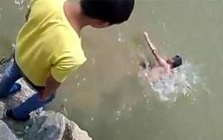 Học sinh đứng trên hồ hò reo, quay clip bạn chết đuối
