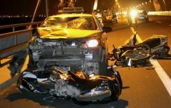 4 xe máy bị taxi đâm nát trên cầu Nhật Tân