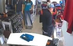 Video: Ba người dàn cảnh trộm quần áo tại shop thời trang
