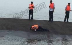 Video: Gõ đáy tàu chìm tìm người sống sót ở Trung Quốc