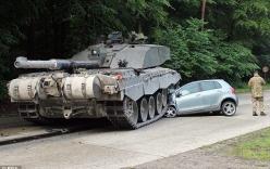 Ô tô bị xe tăng đâm bẹp đầu, nữ tài xế thoát chết kỳ diệu