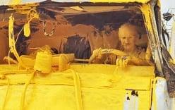 Video: Tài xế bị phủ kín sơn, kẹt trong cabin xe tải