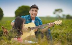 Chàng trai ôm đàn guitar hát ngợi ca quê hương Việt Nam