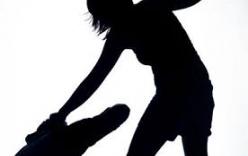 Nữ sinh 16 tuổi hành hung bạn gái của cha giữa đường