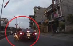Video: Phóng ngược chiều, xe máy đâm gãy gương xe ôtô