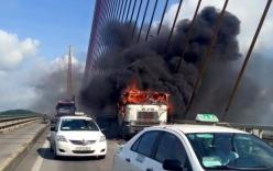 Video: Xe container bốc cháy ngùn ngụt trên cầu Bãi Cháy