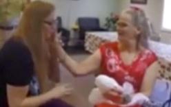 Người mẹ khiếm thị nức nở khi lần đầu cầm ảnh chân dung 3D con gái