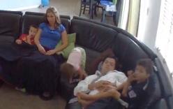 Người cha phản xạ chớp nhoáng giúp con gái nhỏ khỏi ngã đau
