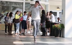 """Video: Chàng trai vật lộn với giày cao gót để chứng tỏ phụ nữ """"yếu đuối"""""""