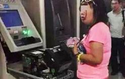 Người phụ nữ dùng tay không phá tung máy ATM, lấy thẻ bị nuốt