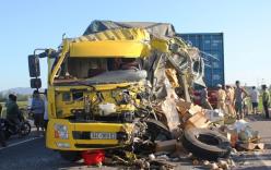 Xe tải biến dạng sau khi đâm container