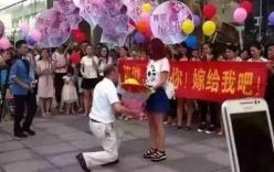 Ông già 6X quỳ gối cầu hôn bạn gái 9X giữa trung tâm thương mại
