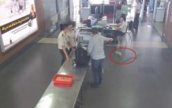 Video: Khách nổi xung, ném tung lọ cà mắm tại sân bay Nội Bài