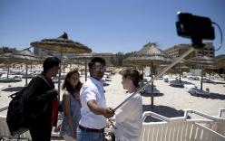"""Chính trị gia chụp ảnh tự sướng với """"đồ cúng"""" cho nạn nhân thảm sát Tunisia"""