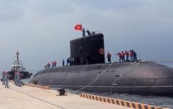 Tàu ngầm Kilo 185 Khánh Hòa tiến vào cảng Cam Ranh