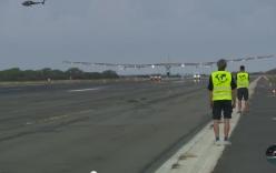 Video: Màn hạ cánh lịch sử của máy bay năng lượng mặt trời