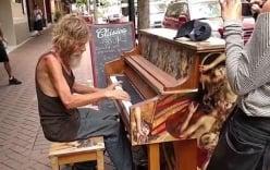 Ông lão vô gia cư bỗng nhiên nổi tiếng vì khả năng chơi piano điêu luyện