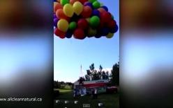 """Video: Người đàn ông """"chạm mặt"""" máy bay khi lên trời với 100 quả bóng"""