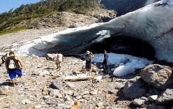 Video: Khoảnh khắc động băng đổ sập lên khách du lịch