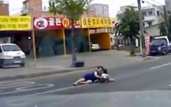 Quên chốt cửa xe, 2 người rơi khỏi ôtô khi vào cua