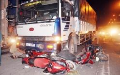 Xe tải mất lái cuốn bốn xe máy đang dừng đèn đỏ vào gầm